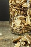 Torkade champinjoner i trätabell Hög av till salu torkade ätliga champinjoner Arkivfoton