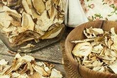 Torkade champinjoner i trätabell Hög av till salu torkade ätliga champinjoner Arkivbilder