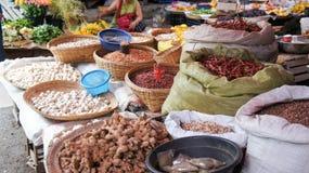 Torkade chili, ingefära, vitlök och bönor på lokal asiatisk marknad Arkivfoto