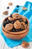 Torkade figs och plommoner i bunken Royaltyfri Fotografi