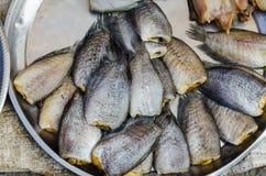 Torkade fishs av lokal mat på öppna marknaden Arkivfoto