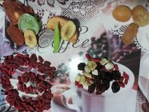 Torkade frukter i decomagasin royaltyfria bilder