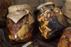Torkade frukter i exponeringsglas arkivfoto