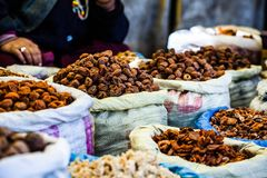 Torkade frukter i lokalen Leh marknadsför, Indien. Arkivfoto