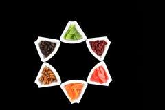 Torkade frukter och mandlar i en form av den David stjärnan - symboler av J Royaltyfri Fotografi