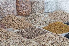 Torkade frukter och muttrar på lokal mat marknadsför i Tasjkent, Uzbekist fotografering för bildbyråer