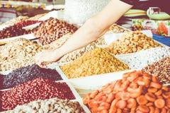 Torkade frukter och muttrar på lokal mat marknadsför i Tasjkent, Uzbekist royaltyfria bilder