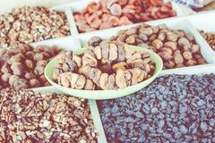Torkade frukter och muttrar på lokal mat marknadsför i Tasjkent, Uzbekist royaltyfria foton