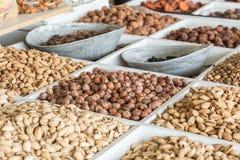 Torkade frukter och muttrar på lokal mat marknadsför i Tasjkent, Uzbekist arkivfoto