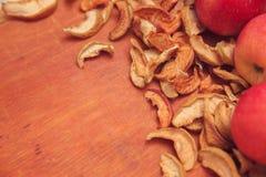 Torkade frukter och nya äpplen Arkivfoto