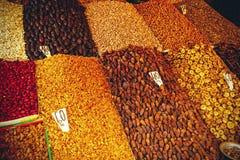 Torkade frukter på marknaden i Marrakesh Royaltyfri Bild