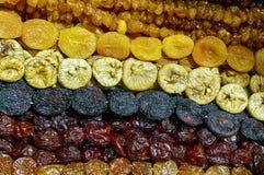 Torkade frukter på marknadsräknaren Arkivfoto