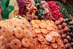 Torkade frukter som är till salu på den lokala marknaden Royaltyfri Fotografi