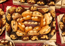 torkade frukter som är välfyllda med valnötter i den lilla korgen till salu a Arkivfoton