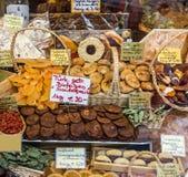 Torkade frukter - turkiska fröjder på marknad Arkivfoto