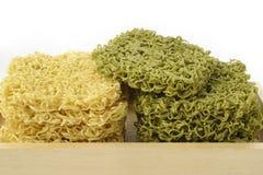 Torkade gröna nudlar och torkade nudlar på vit Royaltyfri Fotografi