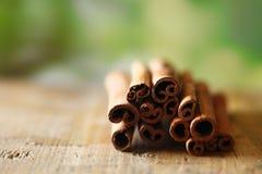 Torkade kryddiga cinammonsticks arkivfoton