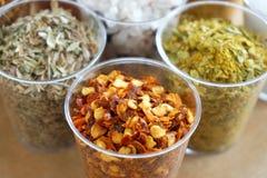Torkade kryddor, huggen av röd peppar en medelhavs- örttimjan royaltyfria bilder