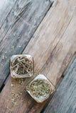 Torkade kryddor i glass krus på trätabellen Arkivbild