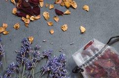 Torkade lavendelblommor och rosa kronblad arkivfoton