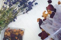 Torkade lavendelblommor och rosa kronblad arkivbilder