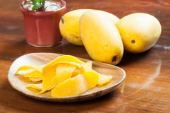 Torkade mango från nya mango Royaltyfri Foto