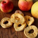 Torkade och nya äpplen Royaltyfri Bild