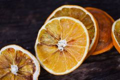 Torkade orange skivor på trämörker arkivbild