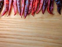 Torkade peppar för röd chili kritiserar på bakgrund Ingrediens för thai mat på wood tabellbakgrund Royaltyfria Bilder