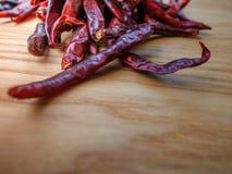 Torkade peppar för röd chili kritiserar på bakgrund Ingrediens för thai mat på wood tabellbakgrund Royaltyfri Bild