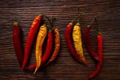 Torkade peppar för varm chili på åldrigt trä Royaltyfria Bilder