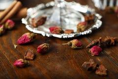Torkade rosor slår ut på tabellen Arkivfoton