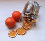 Torkade skivor av apelsiner och nya apelsiner på en tabell Royaltyfri Fotografi