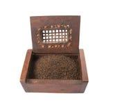 Torkade teblad i träask I Arkivfoto
