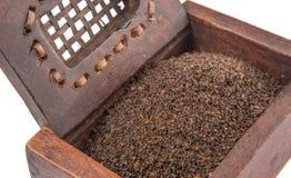 Torkade teblad i träaskdropp Royaltyfri Bild