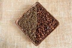 Torkade teblad och grillade kaffebönor: theine vs koffein royaltyfria bilder