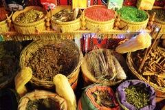 Torkade teer och kryddor i korgar på den traditionella marknaden royaltyfri fotografi