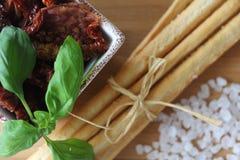 torkade tomater, grissini, italiensk mat, italienska mellanmål, Royaltyfri Bild