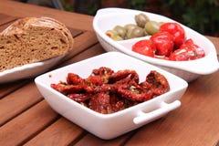 Torkade tomater, olivgrön och peppar Royaltyfri Foto