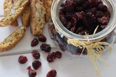 Torkade tranbär, kex, italiensk mat, italienska mellanmål, italienska kex Royaltyfri Fotografi