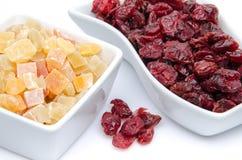 Torkade tranbär och kanderade torkade frukter i koppar Fotografering för Bildbyråer