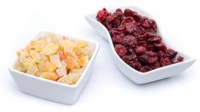 Torkade tranbär och kanderade torkade frukter i koppar Arkivbilder