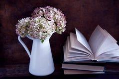 Torkade vanlig hortensiablommor och böcker Royaltyfri Foto
