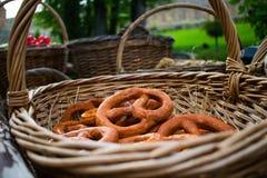 Torkar, baglar, guld- bakade och för sötsak runda bullar med vallmo i form av cirklar i vide- korgar som göras från en vinranka a Fotografering för Bildbyråer
