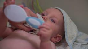 Torkar barnframsidan efter badet arkivfilmer