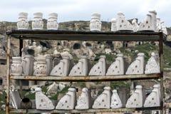 Torkar felika chinmeys för gipsförband i yttersidaluften, innan de målas på Urgup i den Cappadocia regionen av Turkiet Royaltyfri Foto