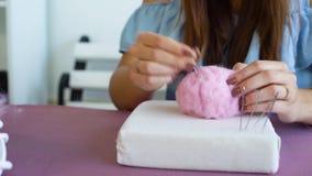 Torkar unga caucasian kvinnahänder för closeupen som gör ull, orubblig felting lager videofilmer