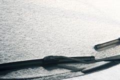 Torkare för vindruta för bil` som s täckas i snö Fotografering för Bildbyråer