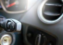 Torkare kontrollerar på-av hastighet av skärmtorkare i bil Fotografering för Bildbyråer