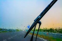 Torkare på en våt vindruta Arkivfoton